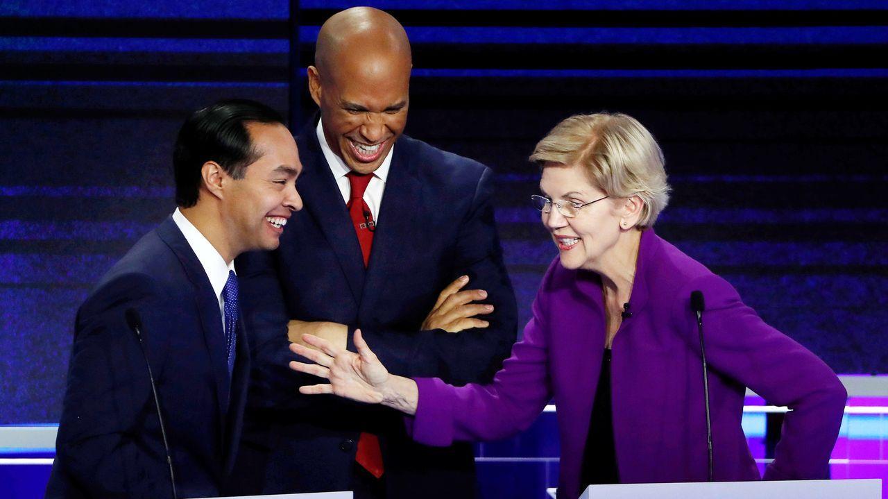 Los candidatos Julián Castro, Cory Booker y Elizabeth Warren, durante el debate