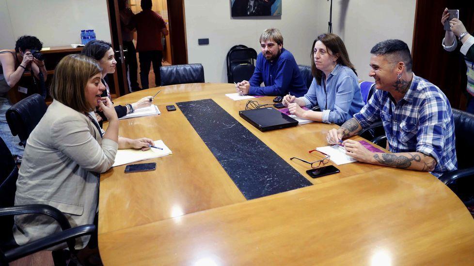 Un centenar de personas evita el desahucio de una mujer de 72 años en Gijón.Reunion entre PSOE y Podemos