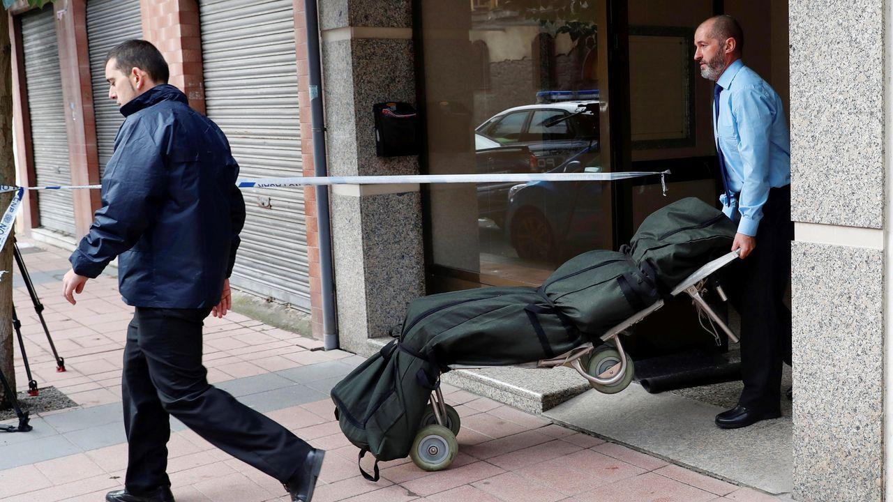 Hospital Álvarez Buylla en Mieres.n hombre se ha entregado esta mañana a la Policía Nacional tras matar a su yerno, al parecer con un cuchillo, en una vivienda situada en la calle Numa Guilhou de Mieres. En la imagen, traslado de la víctima.