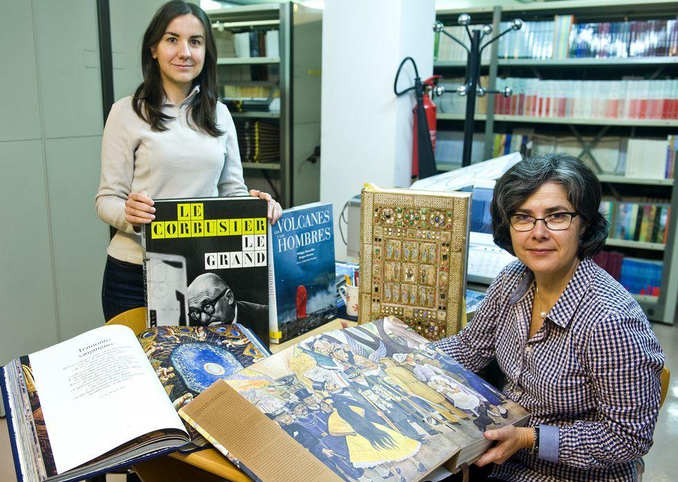Boda en el Castillo de San Cucao (Llanera).María Manso y Antonieta Candamio, ayer, con libros de Le Corbusier o Diego Rivera.