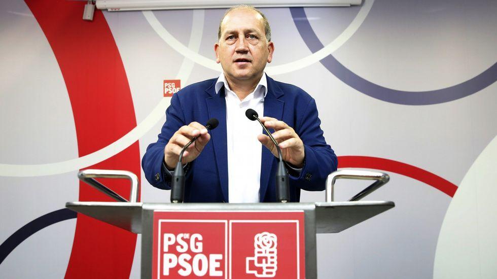 Patxi López defiende desde Lugo la unidad del PSOE para «evitar el choque de trenes».López, a la izquierda, a su llegada al Antiguo Instituto en Gijón