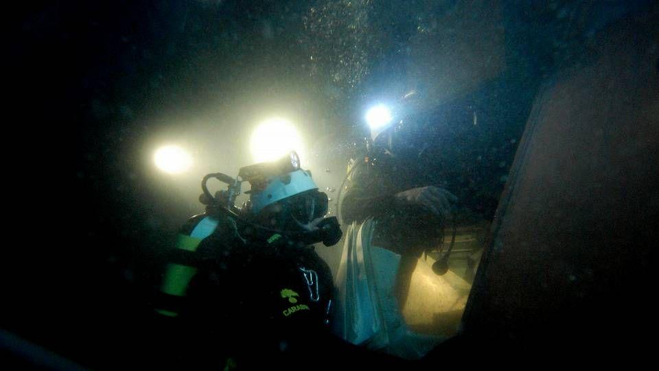 Fotografía facilitada por los carabineros italianos, que muestra a varios buzos inspeccionando el interior del «Costa Concordia».