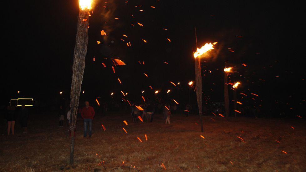 Bomberos foresstales vigilaron que el fuego de las antorchas no prendiese en el monte