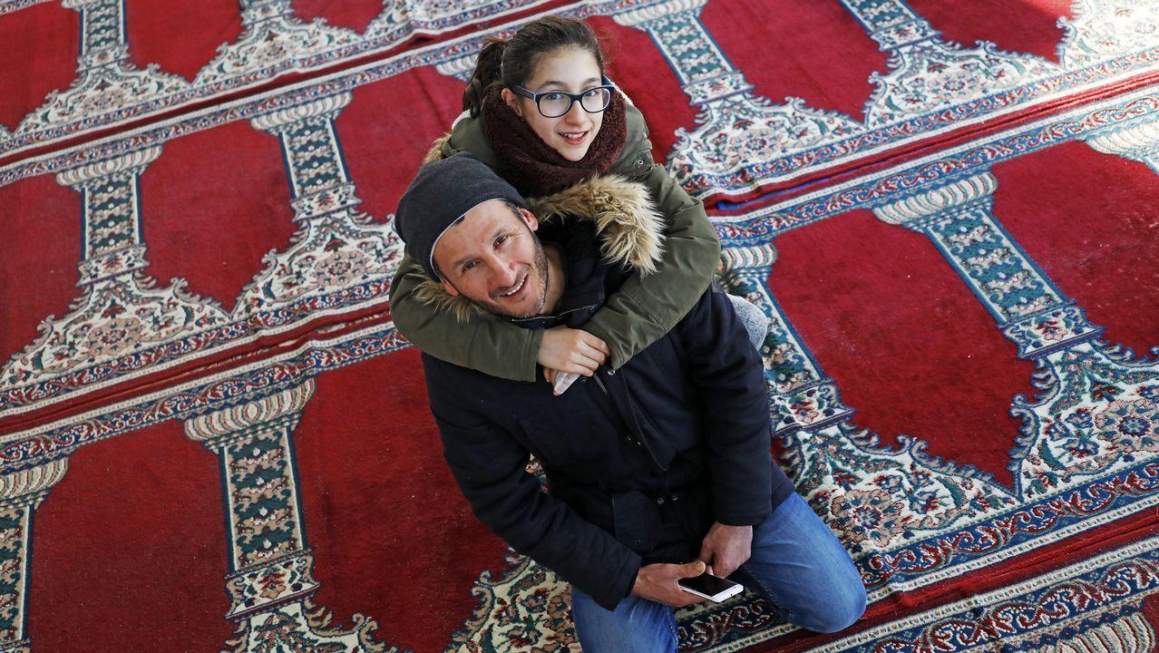 Ihcene Bouchaila abraza a su padre Abdelhalim en la mezquita de Lalín