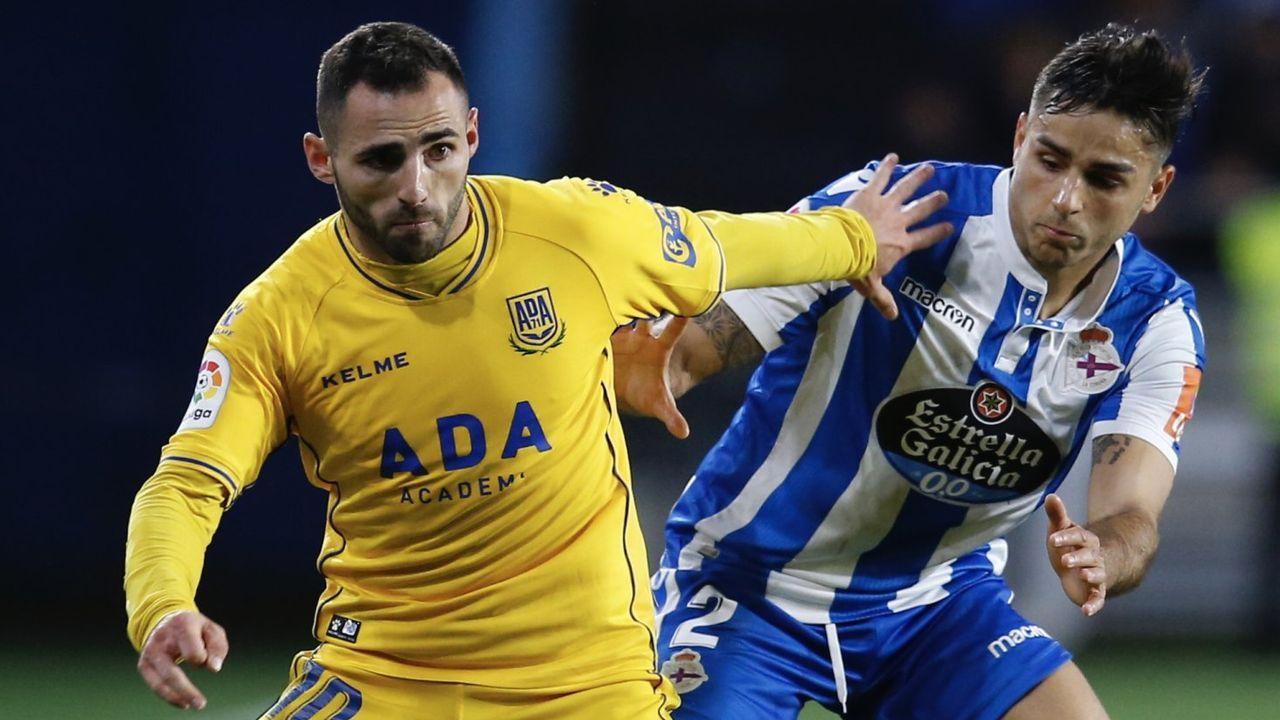 David Simón presiona a un rival en el Deportivo-Alcorcón de la temporada pasada