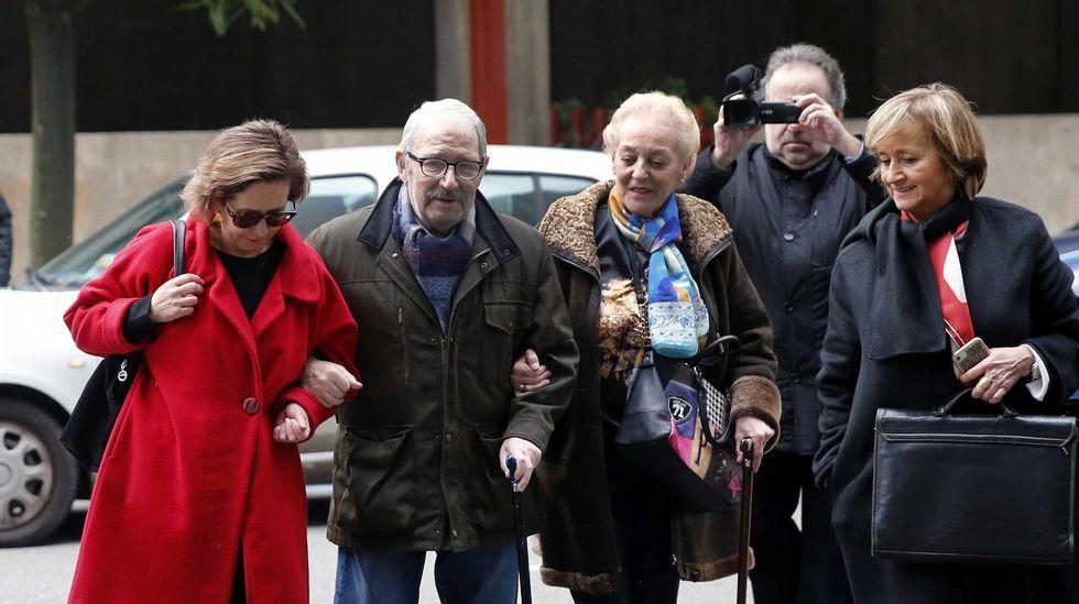 José Ángel Fernández Villa llega al juzgado acompañado por su mujer y su abogada Ana, Boto