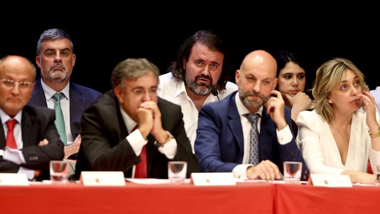 Delante, los del PSOE Abel Losada, Javier Pardo, Jaime Aneiros y Patricia Rodríguez Calviño; detrás, los portavoces del PP y Marea, Alfonso Marnotes y Rubén Pérez, y la concejala de Marea Oriana Méndez