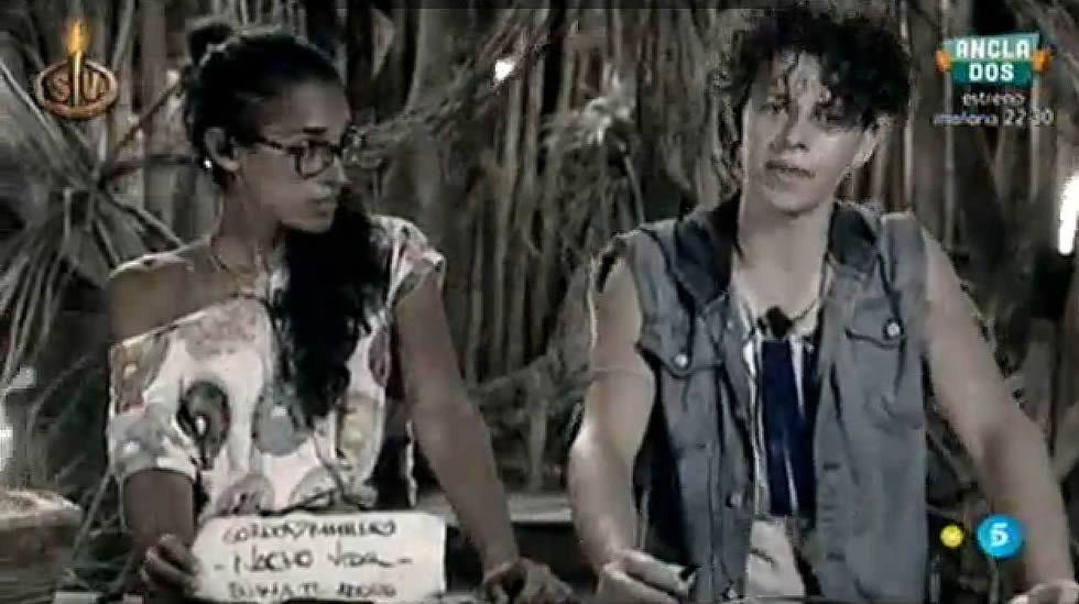 Lola, a Fortu: «Eres unsinvergüenza y un agresivo».Carmen Lomana, junto a Elisa en el palafito