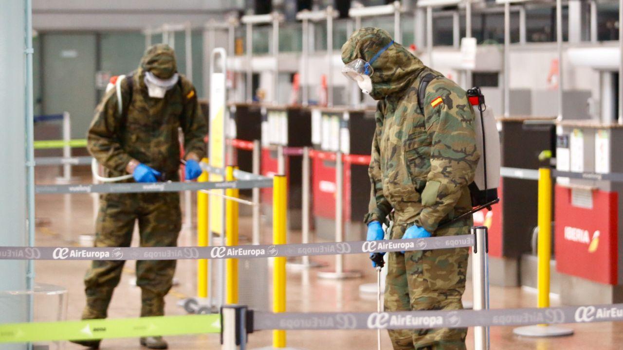 Miembros del Ejército desinfectan el aeropuerto de Peinador Vigo.