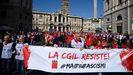 Marcha en Roma contra el ataque al CGIL. Miles de personas mostraron ayer su repulsa al ataque contra la sede del mayor sindicato de Italia, la Confederación General Italiana del Trabajo (CGIL), en el que participaron dirigentes del grupo neofascista Forza Nuova.