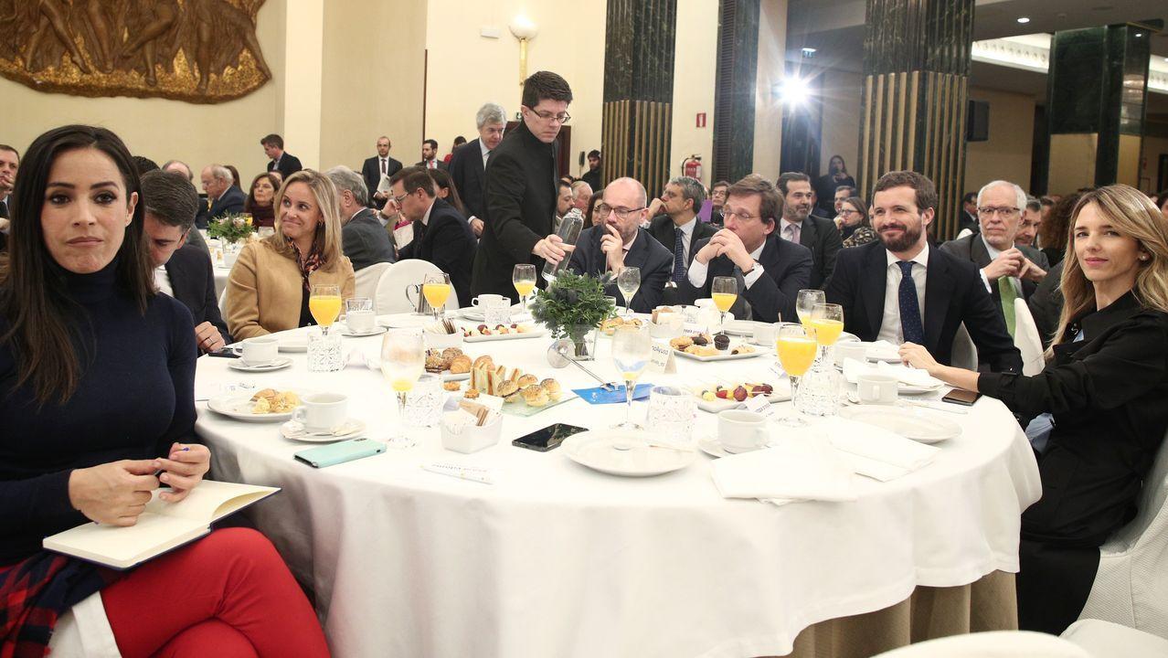 Antonio Tajani saluda a Guaidó a su llegada a la sede de la Eurocámara