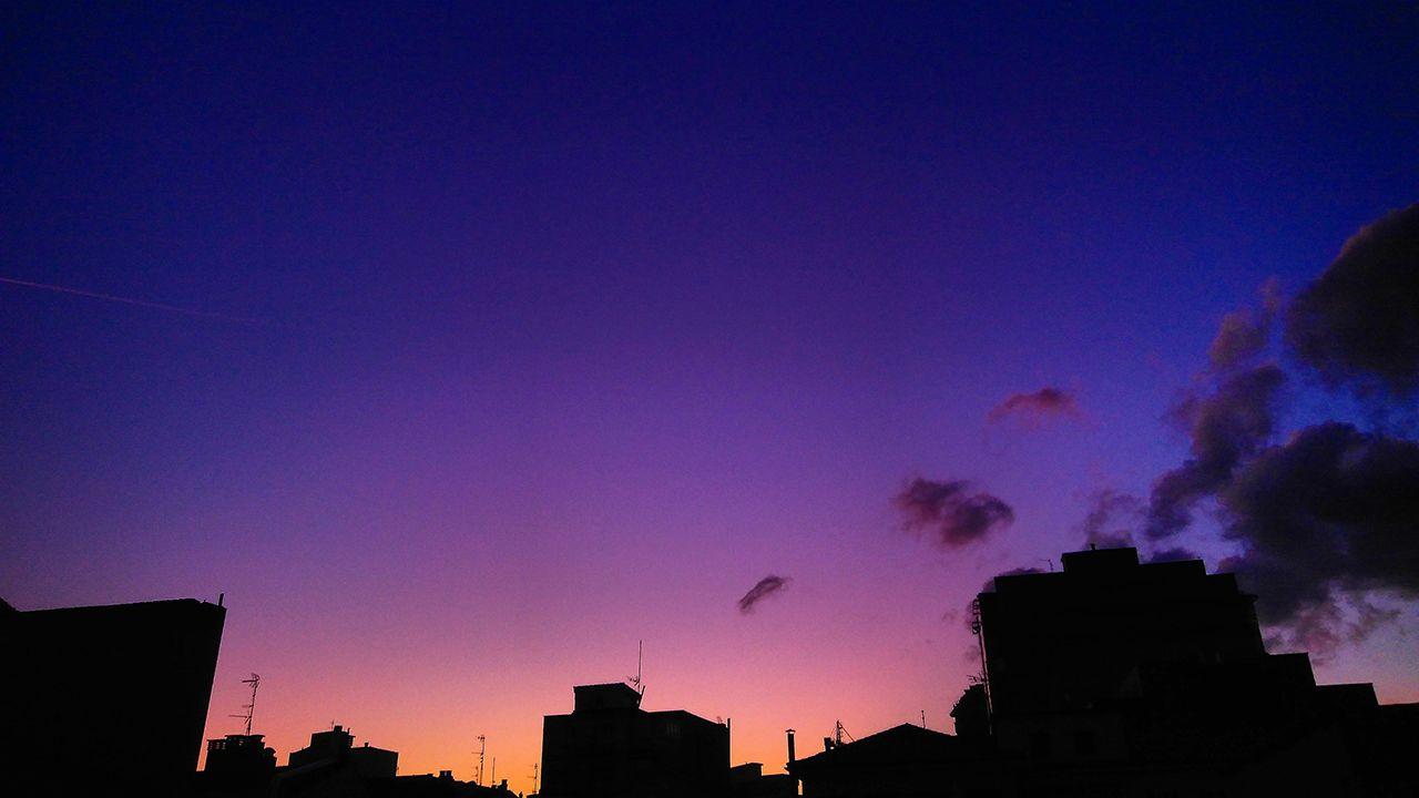 Luz púrpura al atardecer. Gijón el 6 de septiembre. Este verano, dos volcanes arrojaron gas sulfuroso a la estratosfera: el Raikoke en Islas Kirul (22/6) y el Ulawun en Nueva Guinea (3/8). Los finos aerosoles volcánicos en la estratosfera dispersan la luz azul que mezclada con el rojo atardecer normal, producen un tono púrpura