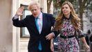 Boris Johnson  y su pareja, Carrie Symonds, a su llegada al colegio electoral.