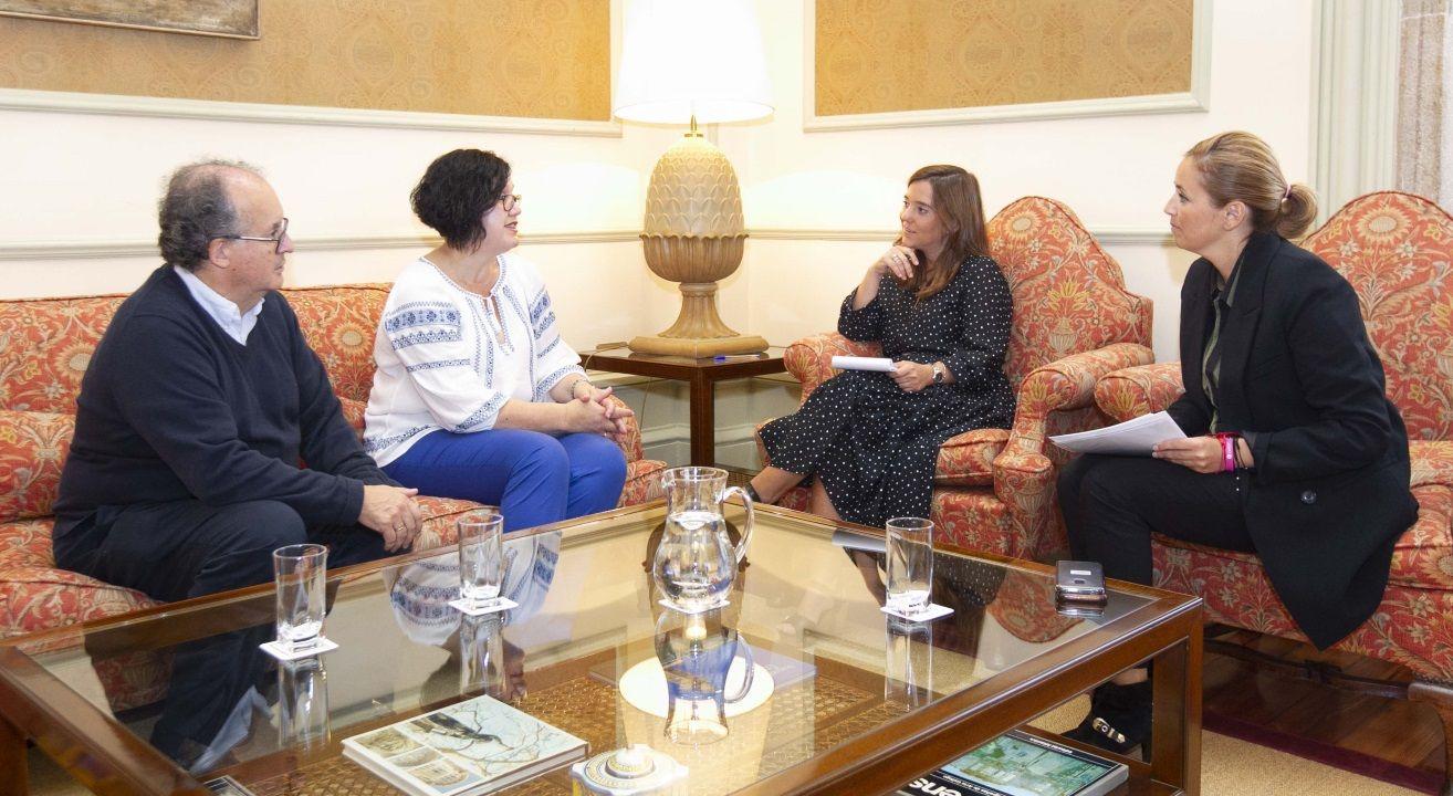 La alcaldesa recibió en María Pita a Pérez Fontán y Teresa Pérez López, del Chuac