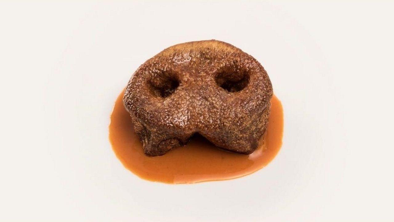 Chisco Jiménez. En Culuca, el morro cocido y frito se combina con la salta de otro de sus grandes éxitos: los callos. Texturas crujientes y jugosas para el morro de cerdo con jugo de callos.