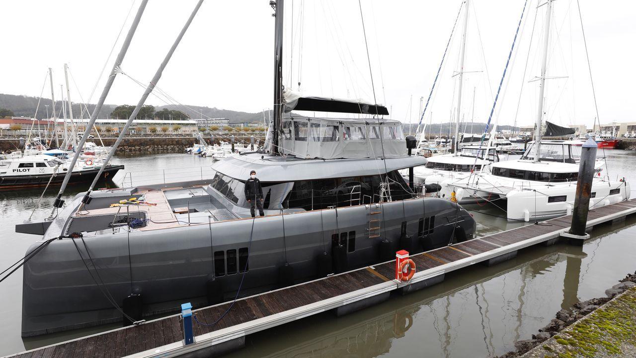 El Calma, con su capitán en cubierta, y, por su popa, el Lily y el Patagonia