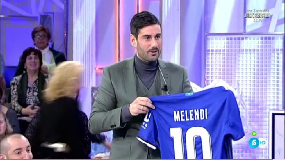 Melendi posa con su nueva camiseta del Real Oviedo