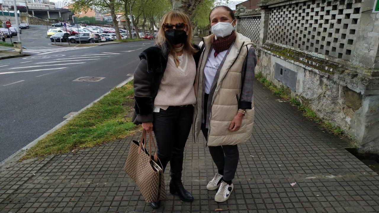 Isabel Arias y Herminia Cousillas, tras recibir la primera dosis de AstraZeneca