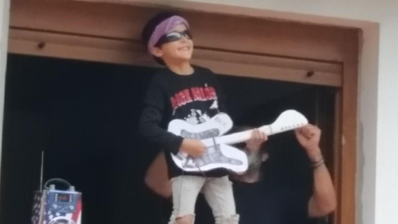 El niño praviano que se disfraza a diario para salir a aplaudir