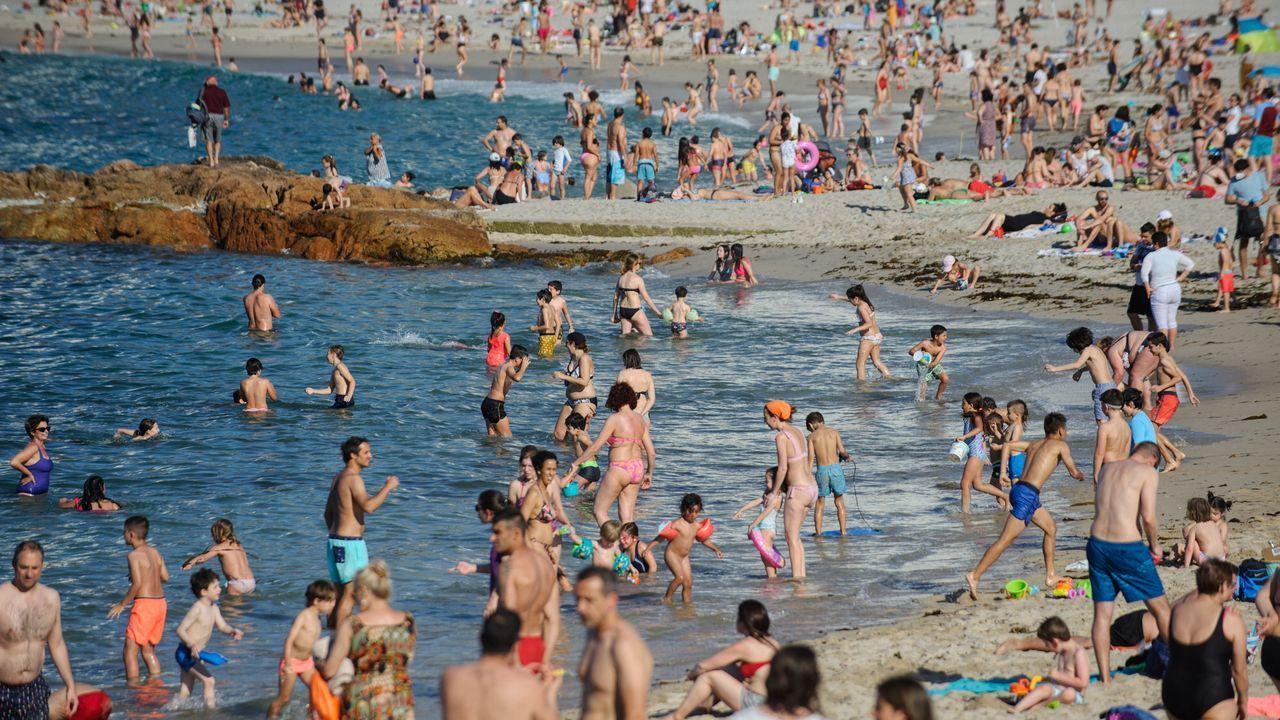 Imagen de la playa de Riazor, esta tarde, con numerosos bañistas