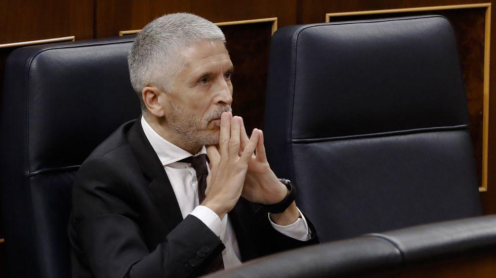 Casado exige la destitución de Garzón y llevará la reprobación de Iglesias al Congreso.Dos policias hacen guardia frente a la antigua sede del semanario Charlie Hebdo