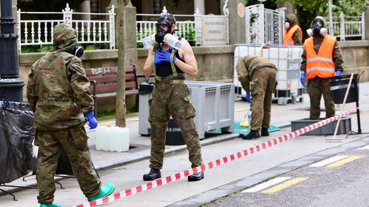Previamente, los profesionales de las fuerzas armadas han delimitado y acordonado un perímetro en la calle