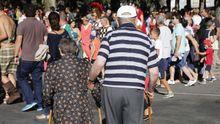 Una pareja de jubilados paseando en Ourense