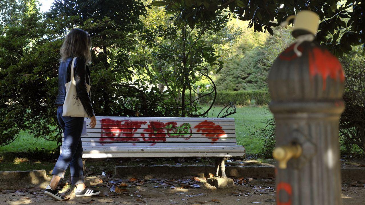 Algunos bancos del parque están rotos y otros han sido objeto de pintadas