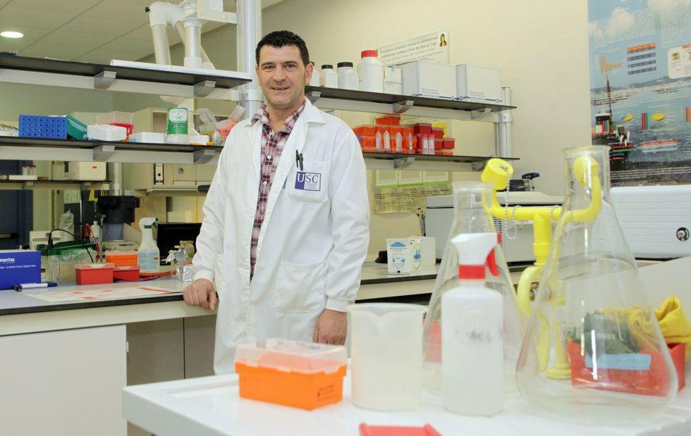 Jesús López Romalde afronta el reto de instruir sobre virus o bacterias sin superar los 140 caracteres.