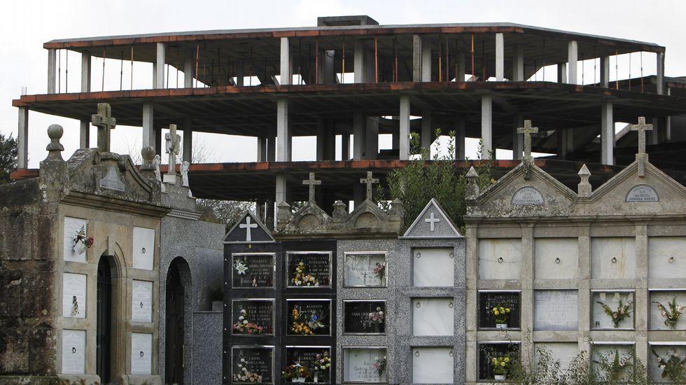 Edificio en esqueleto sin terminar detrás del cementerio municipal en Catoira.