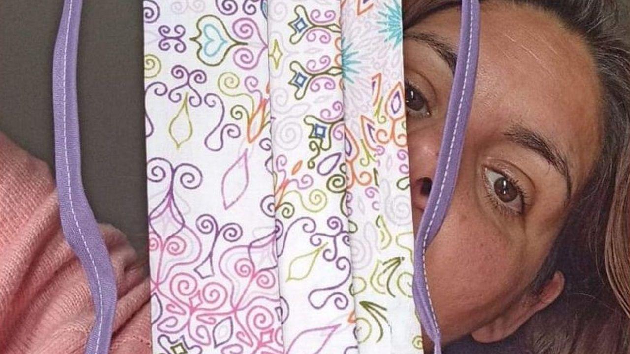 Cristina Fernández, con una de las mascarillas que ha cosido