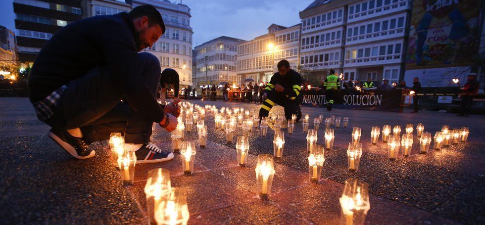 Pelea en Ferrol por una cabeza.Setecientos manifestantes desafiaron a la lluvia y dibujaron un «Sí al naval» con fuego.