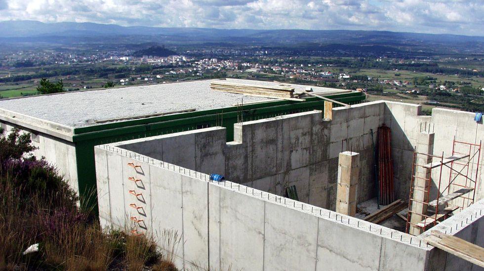 Obras de ampliación del depósito de O Cornado que abastece al casco urbano, en el año 2001
