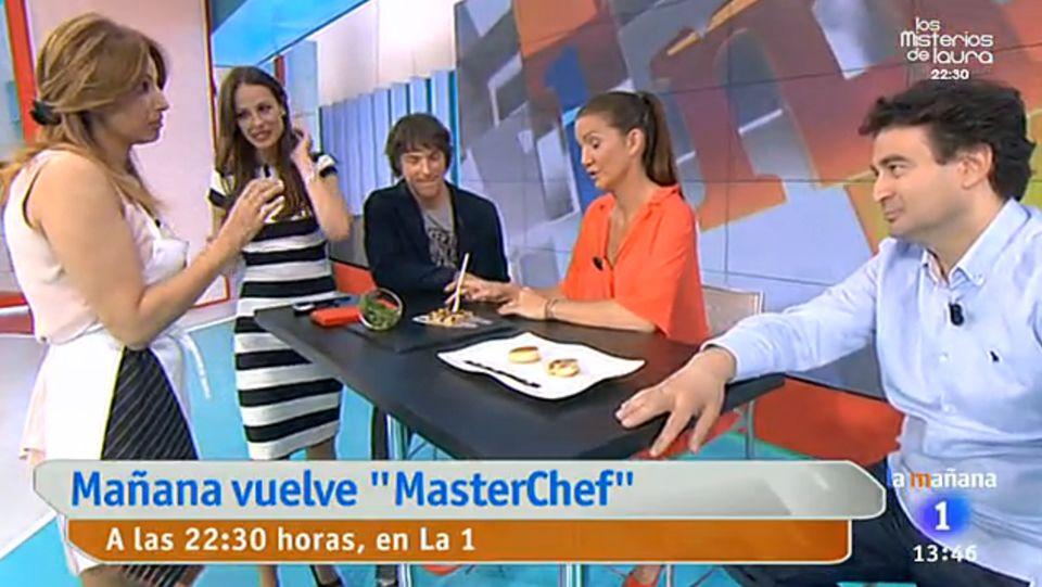 Mariló apoya a Alves comiéndose un plátano.Mariló Montero recibió al jurado y a la presentadora de «MasterChef»