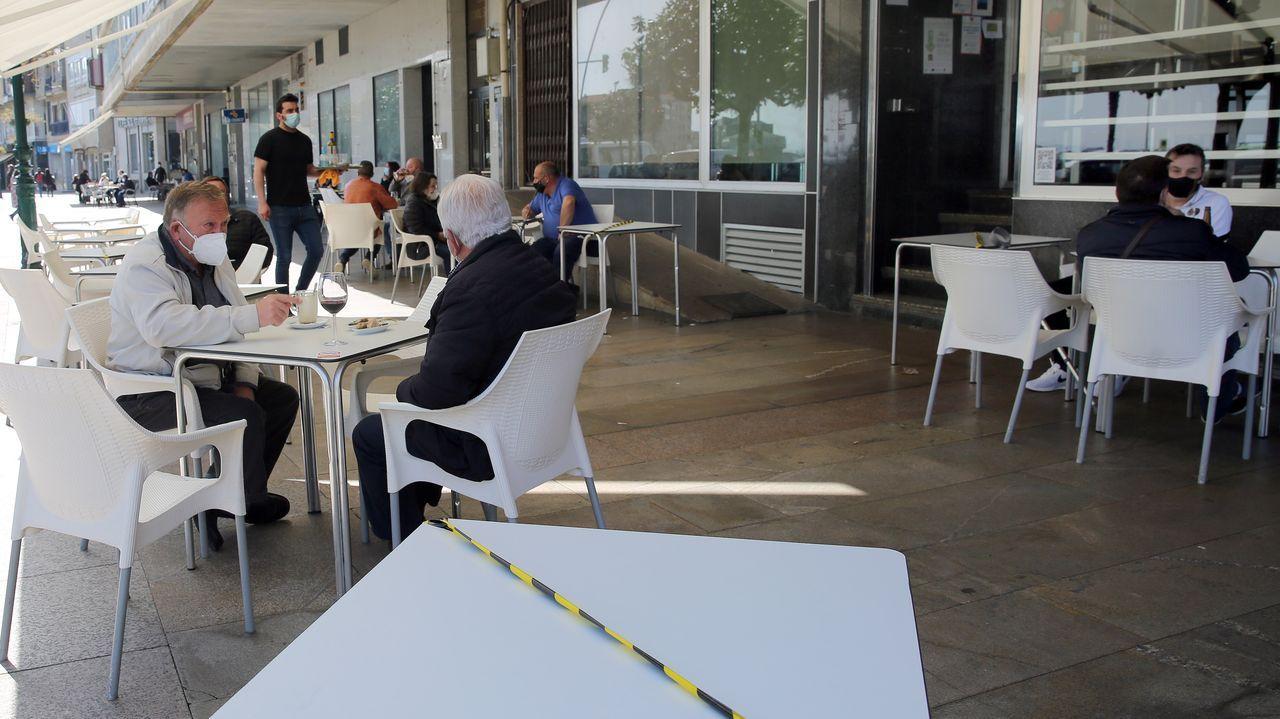 El buen tiempo anima a los barbanzanos a disfrutar de las terrazas