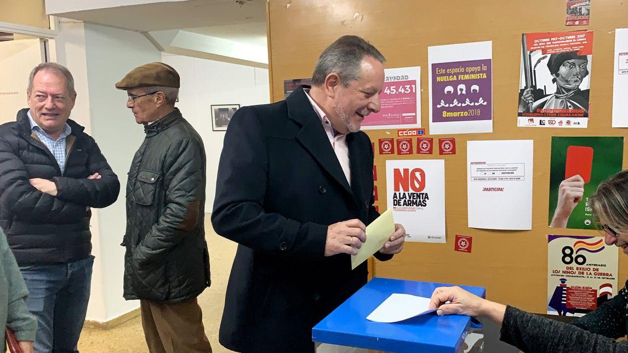 El coordinador de IU Xixón, Faustino Sabio, vota ante la mirada de Aurelio Martín