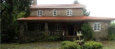 Así es la casa de Teo de la familia Porto.Martín Millán Torrado muestra una de las aulas y uno de los pianos con los que ensayaba Asunta Basterra en su academia.