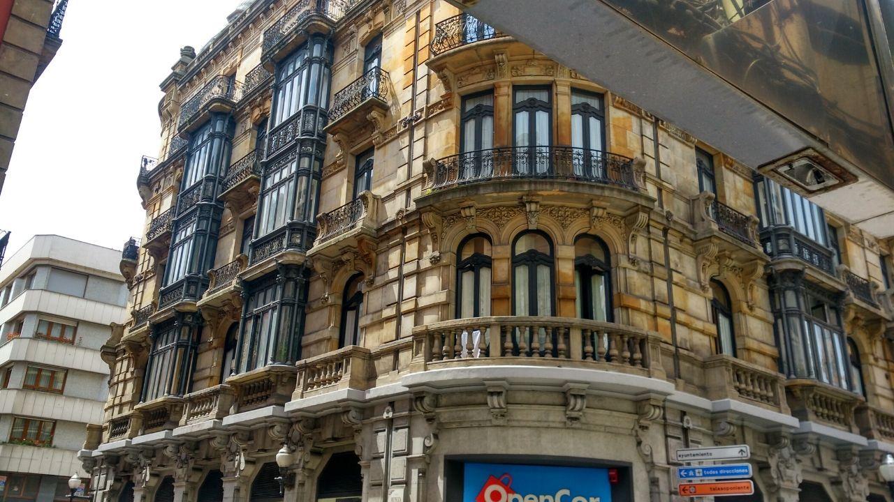 Gijon Muro de San Lorenzo corte.Edificio del número 30 de la calle de San Bernardo, en Gijón