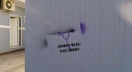 La casa familiar de Ruiz Gallardón en Nerja apareció con pintadas en contra de su ley.
