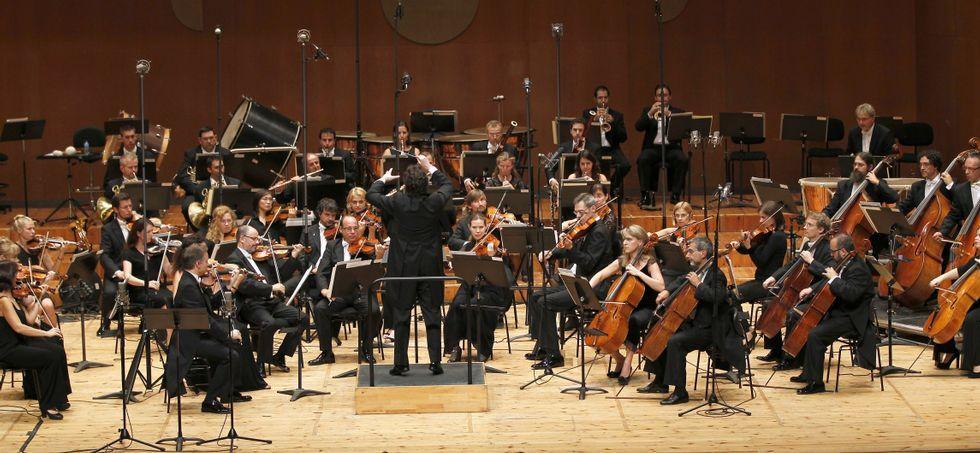 La orquesta compostelana estará dirigida por su titular Paul Daniel y el acompañamiento del pianista Luis Fernando Pérez.