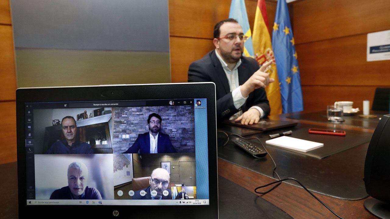 El presidente del Principado, Adrián Barbón, preside por videoconferencia la reunión de la mesa de concertación social con representantes de UGT, CCOO y de la Federación Asturiana de Empresarios (Fade)