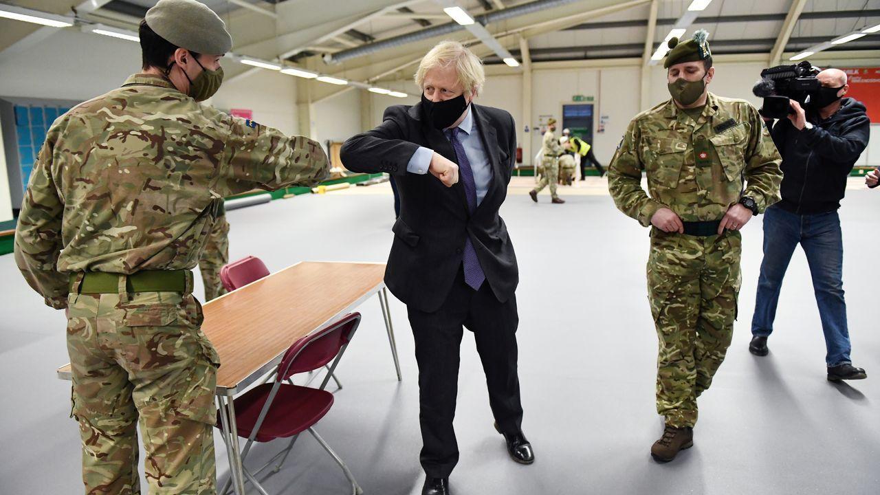 El primer ministro británico, Boris Johnson, saluda a un soldado en un centro de vacunación en Glasgow el pasado 28 de enero