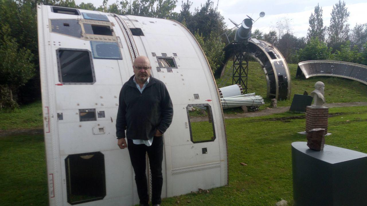 LaNASA muestra cómo se arrastró elhumo de los incendiosen Galicia. Stephen Smartt (c), profesor de física en la Universidad de la Reina de Belfast, habla durante una conferencia de prensa del Observatorio Europeo Austral (ESO) en Garching, cerca de Múnich, Baviera, Alemania, 16 de octubre de 2017. La flota de telescopios del ESO en Chile han detectado la primera contraparte de una fuente ondas gravitacionales.