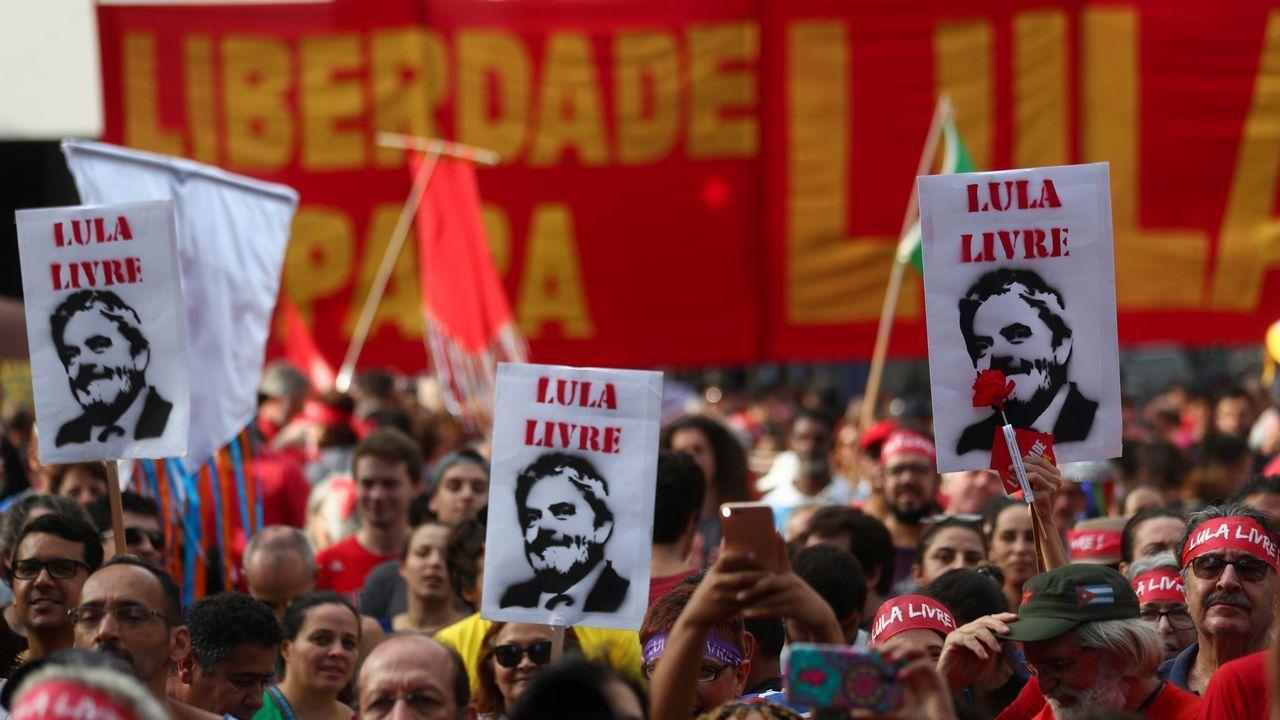 Una seguidora de Lula, ante el tribunal de Brasilia