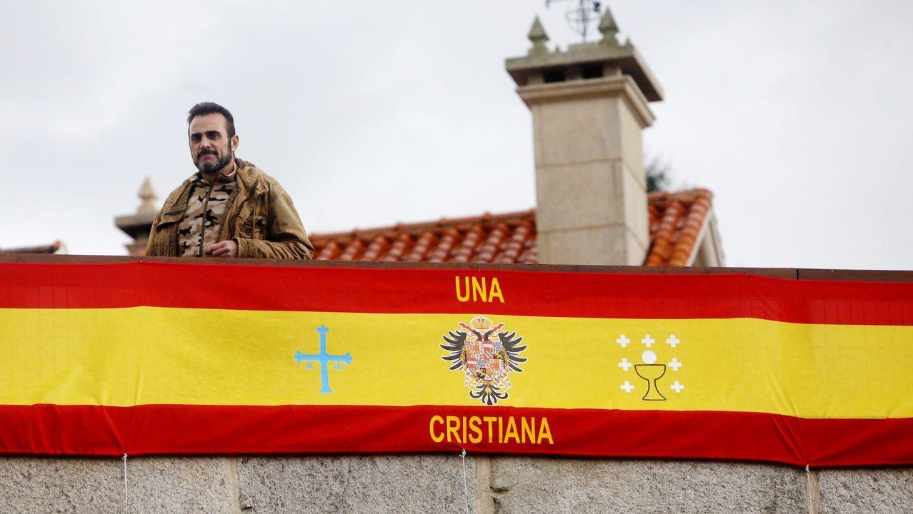 Así amaneció su garaje tras colocar la bandera española.Imagen de archivo del servicio de urgencias de Vigo saturado