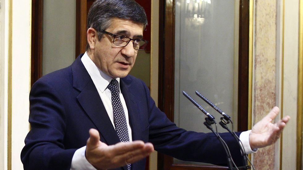 Pedro Sánchez presenta a sus ministrables.Jordi Sevilla, con el candidato Pedro Sánchez
