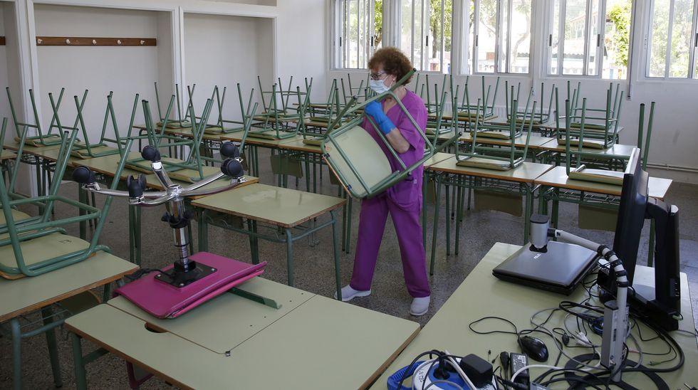 Limpieza de un aula en un instituto de Ribeira