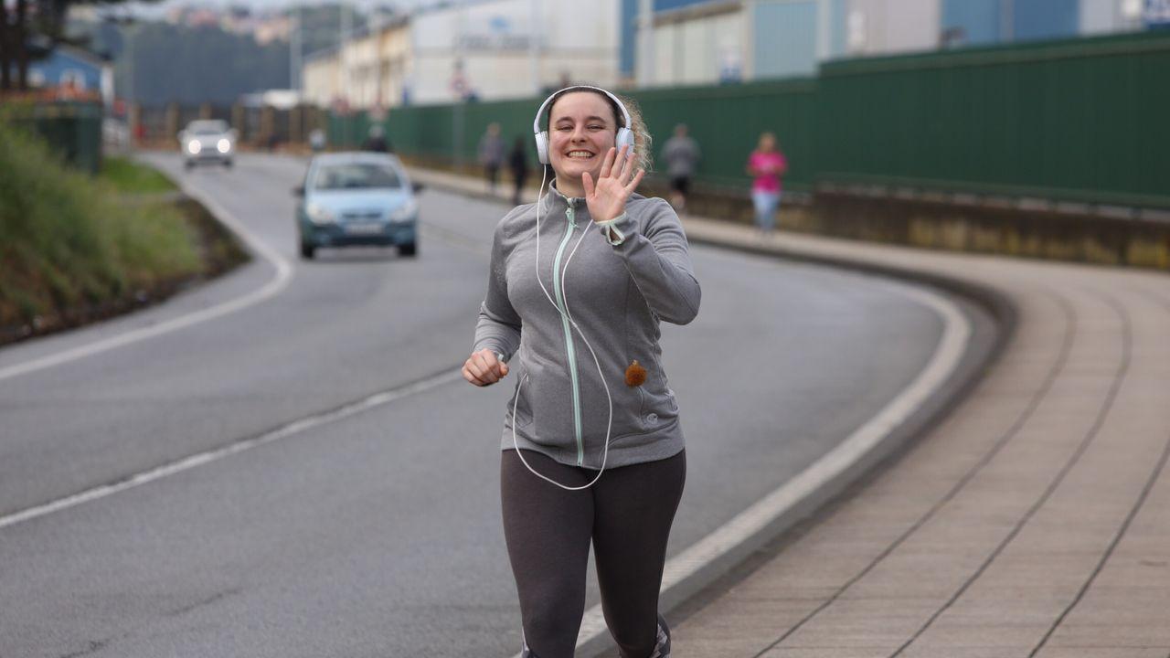 Gente corriendo y caminando esta mañana por Ferrol
