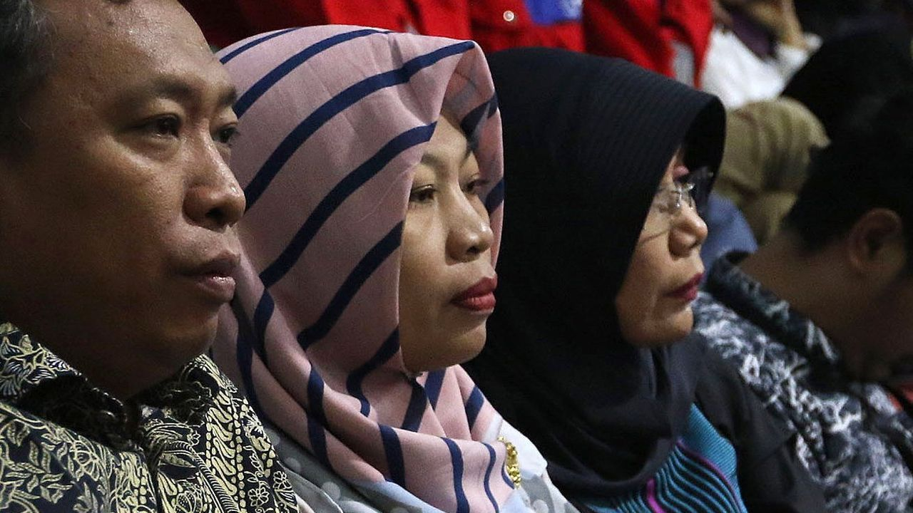 Pánico en Indonesia ante la alerta de tsunami tras un fuerte terremoto.Habitantes de la zona afectada por el terremoto en Indonesia salen de sus casas por el miedo a que se produzca un tsunami tal y como han advertido las autoridades