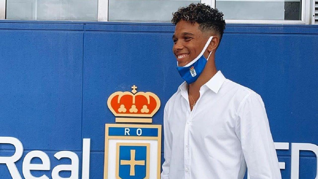 Etienne Eto'o, sonriente, en los aledaños del Carlos Tartiere